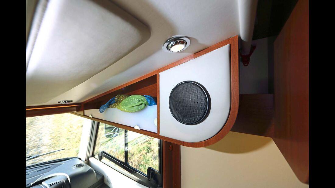 Leselampen, Lautsprecher und praktische Ablagefächer nutzen die Hubbettunterseite funktional im Rapido Distinction
