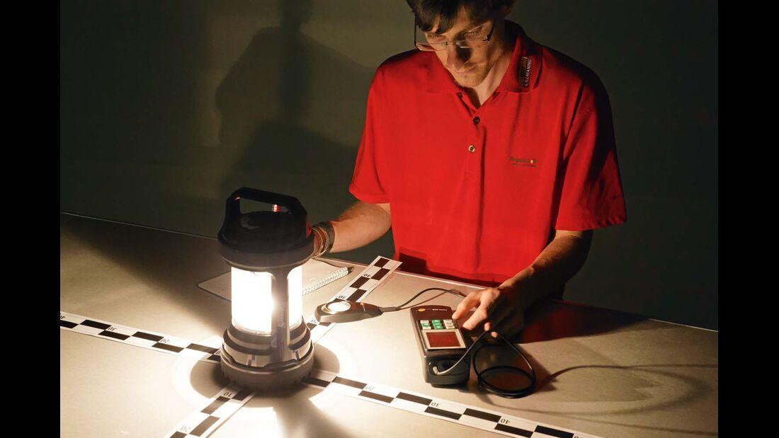 Leuchtstärken werden mit einem Luxmeter an einem Campingtisch gemessen