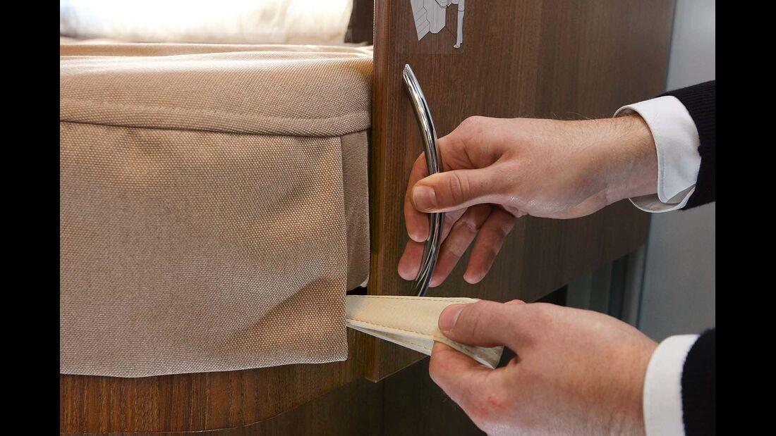 Linkes Einzelbett lässt sich zusammenschieben oder in die Dusche hinein um 30 Zentimeter ausziehen beim Carthago C-Tourer I 144 LE Epic