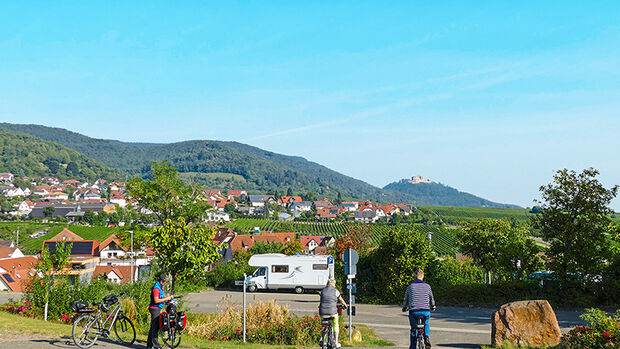 Links der Ort, geradeaus die Weinberge und das Hambacher Schloss