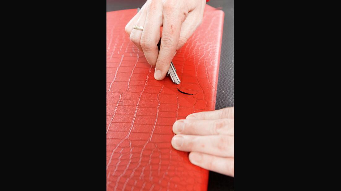 Löcher für Schlösser und Griffe mit dem Cutter-Messer freilegen