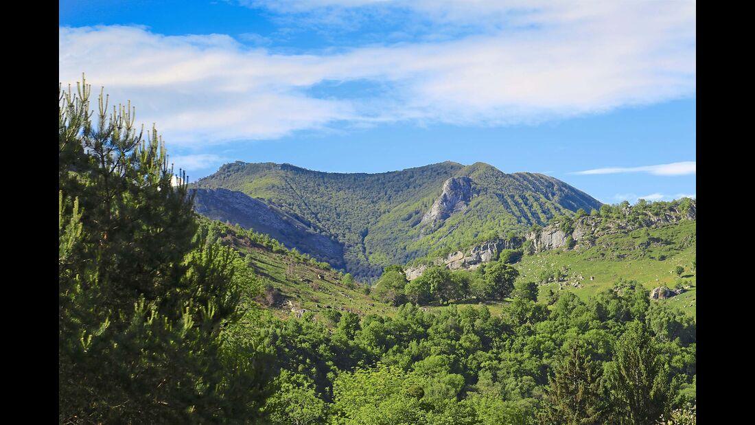 Lourdes liegt eingebettet  zwischen Tälern und Bergrücken.