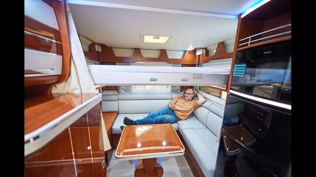 MOBILVETTA Die K-Yacht 80 mit zwei Sitzgruppen und zwei Hubbetten – vorn und hinten – wartet mit viel Platz für gemütliche Spielrunden auf.
