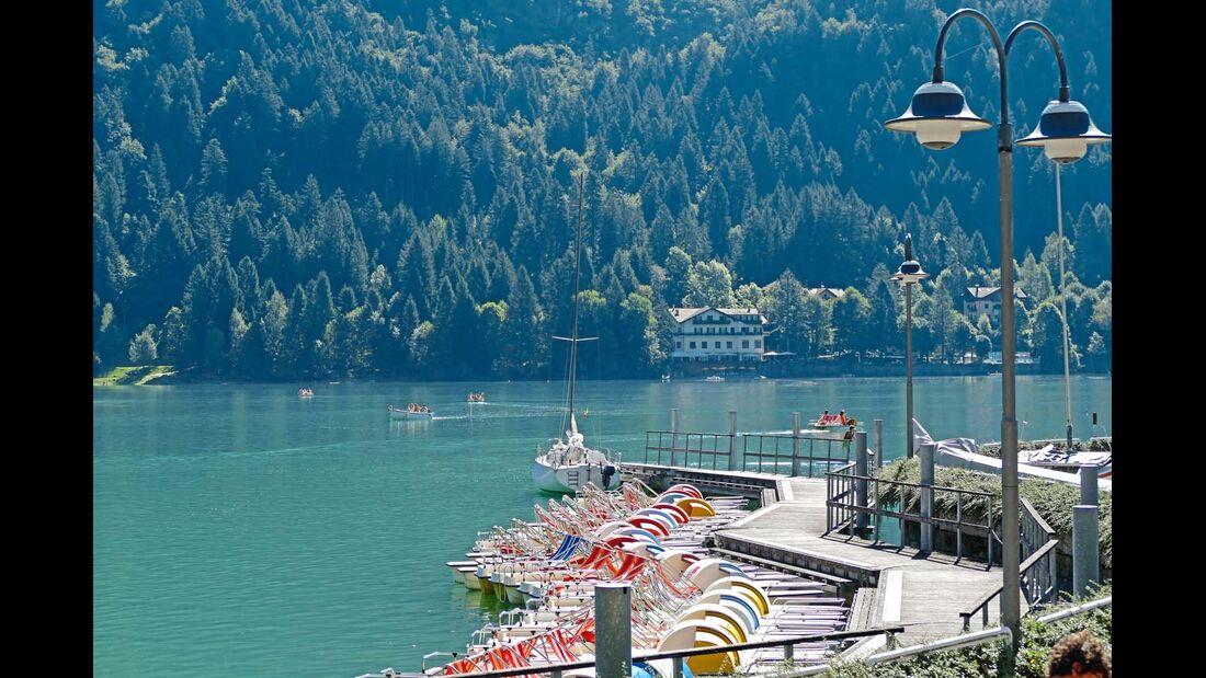 MOLVENO Das kleine 1200-Seelen-Örtchen am Ufer des Lago di Molveno hat neben Strand, großer Parkanlage und viel grüner Natur ringsum auch ein Schwimmbad von Olympia-Format.