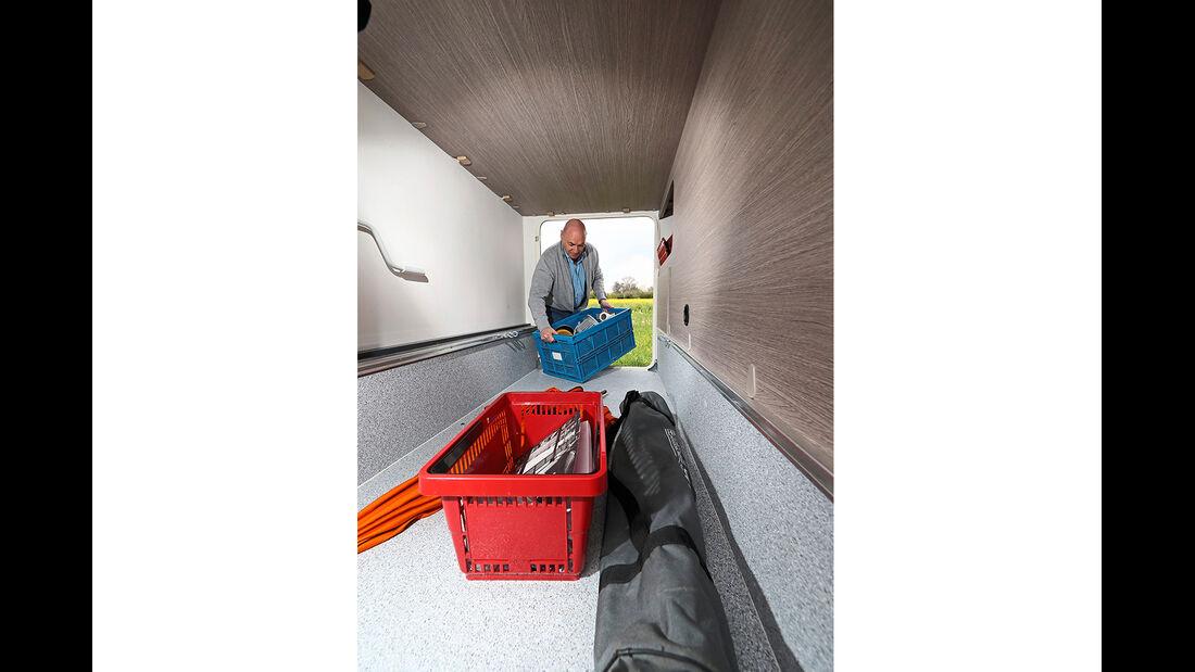 Makellose Heckgarage mit viel Platz, großen Seitentüren, Zurrschienen und Kleinteilfach.