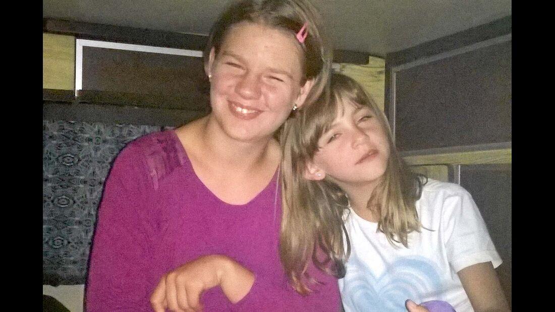 Mama Victoria fährt – Laura (14) und Lena (9) freut's.