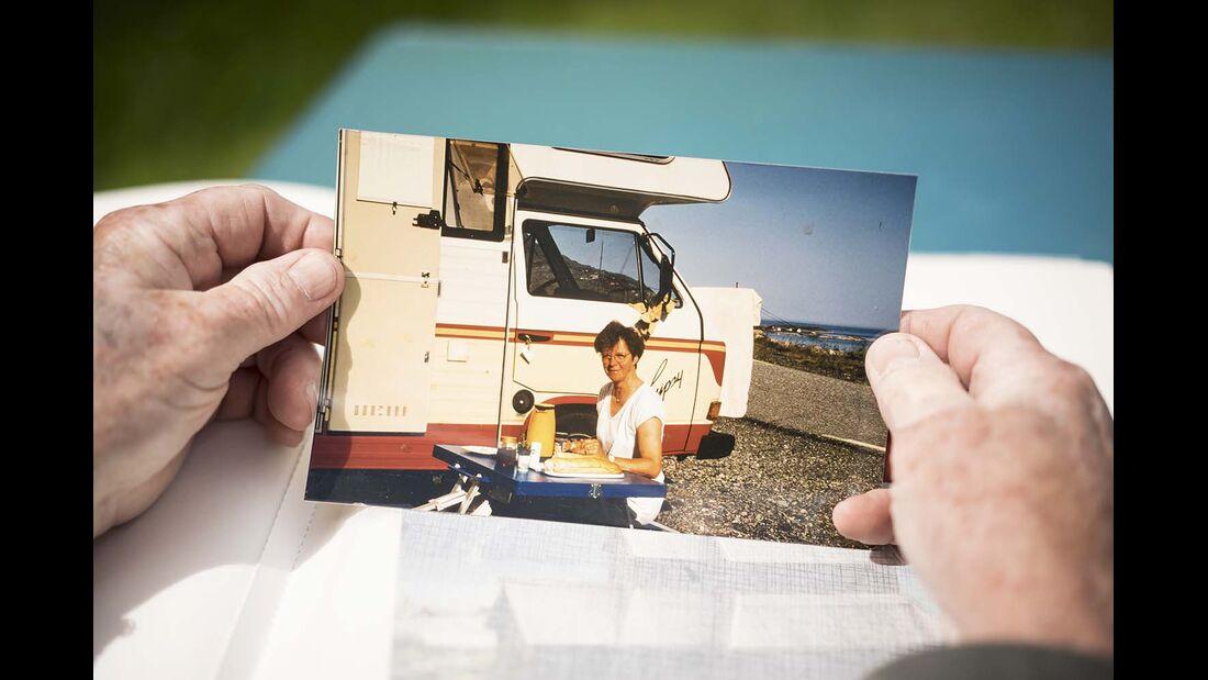 Manfred Salzmann präsentiert dem Autor die Fotoalben von den Reisen mit seiner Frau Rosemarie