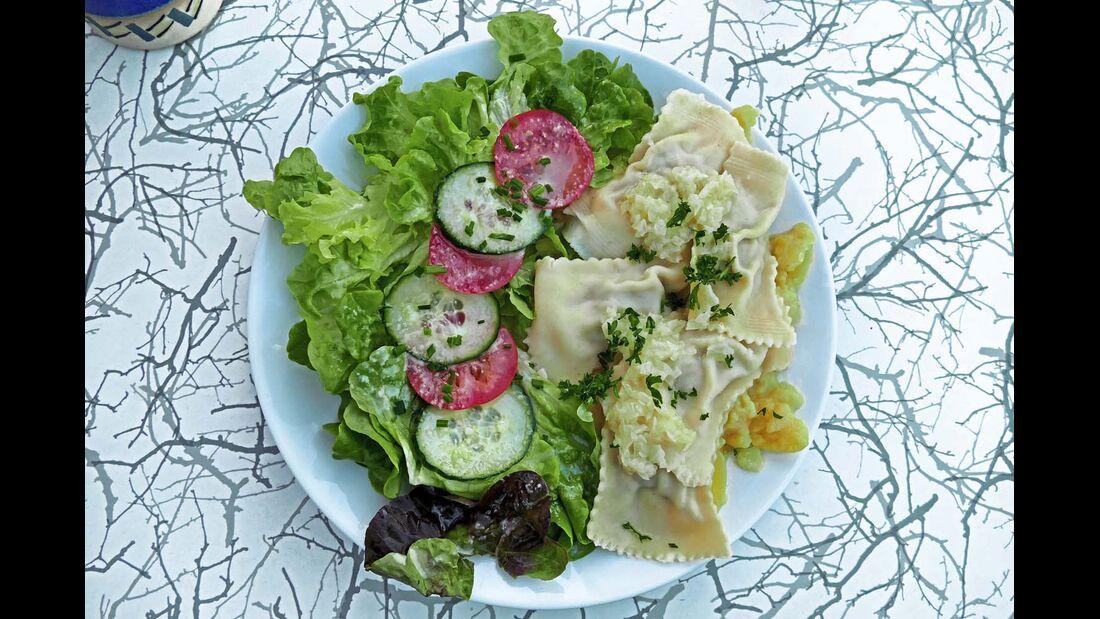 Maultaschen mit Salat und warmem, schwäbischem Kartoffelsalat