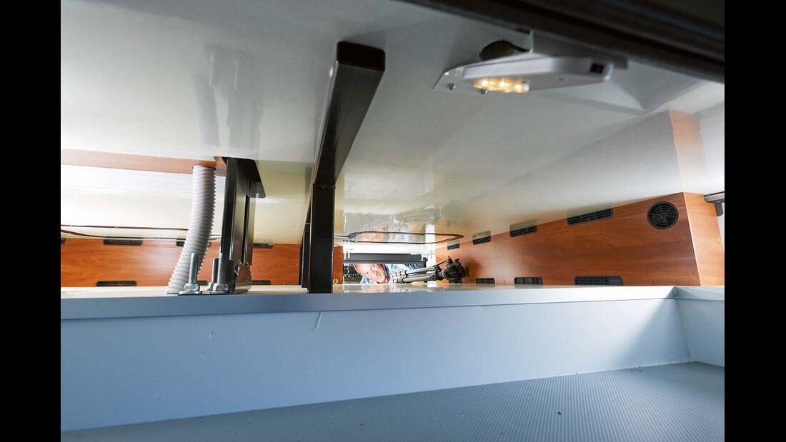 Mehrere Lampen mit Automatikschaltung erhellen Kellerfach im Doppelboden im Laika Kreos