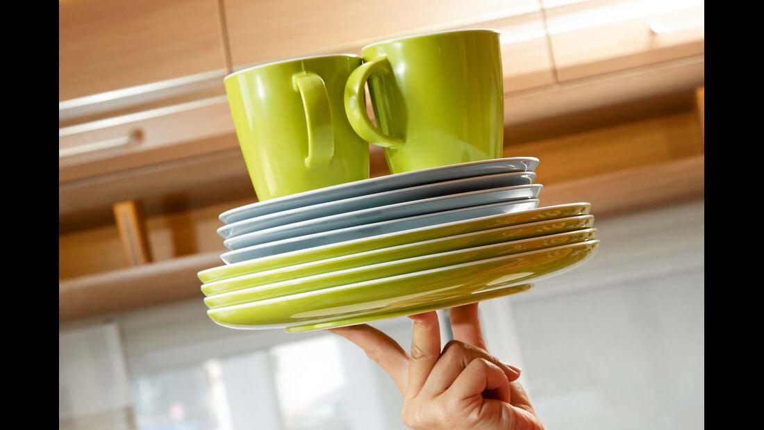 Melamin ist im Vergleich zu Porzellan viel leichter, Gewicht sparen geht auch mit Alu statt Edelstahl.