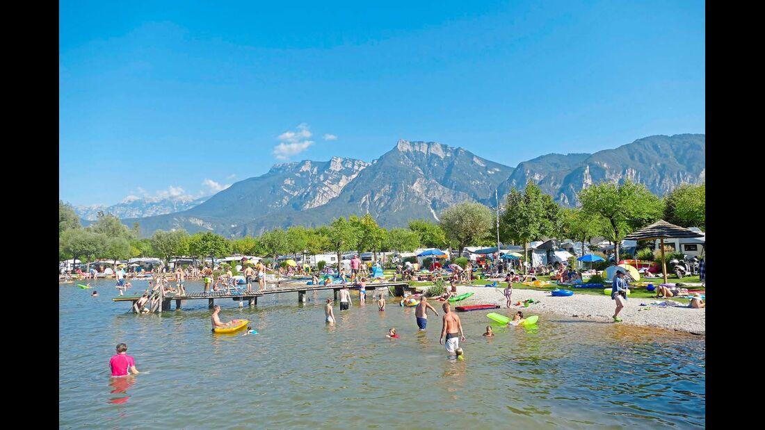 Mit Kiesstrand und Liegewiese: Camping Village Lago di Levico.