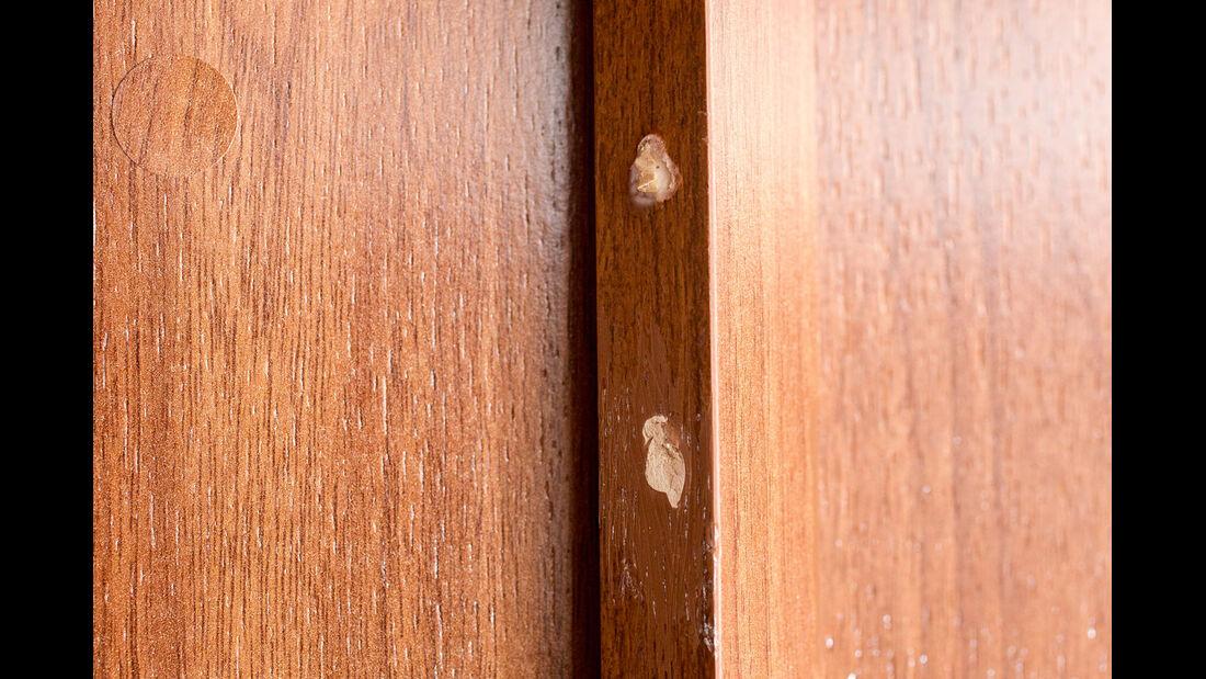 Mit Kitt lassen sich auch groessere Schaeden am Holz ausbessern.