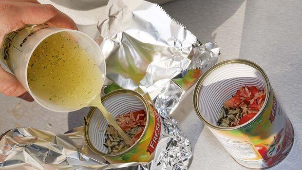 Mit Tomaten und Brühe kann Reis in einer Dose gegart werden.