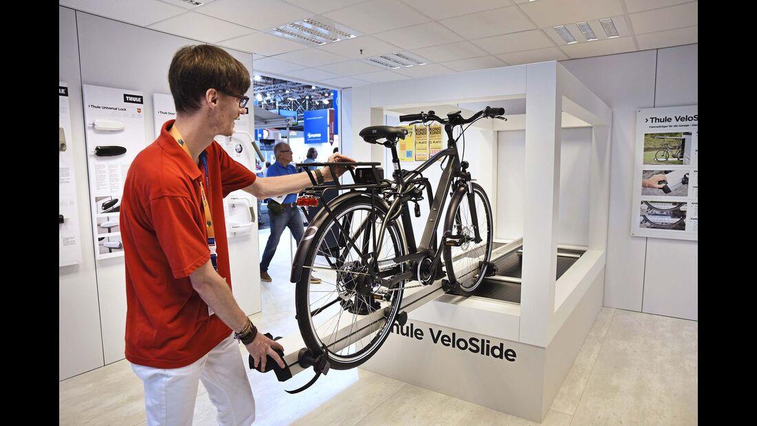 Mit dem Velo Slide hat Thule künftig auch einen Fahrradträger für Heckgaragen im Programm.