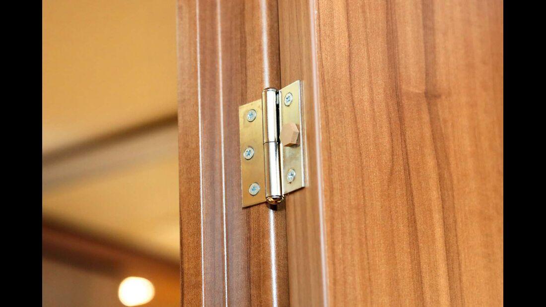Mit dem passenden Scharnier lässt sich die Badtür im 180-Grad-Winkel komplett öffnen.