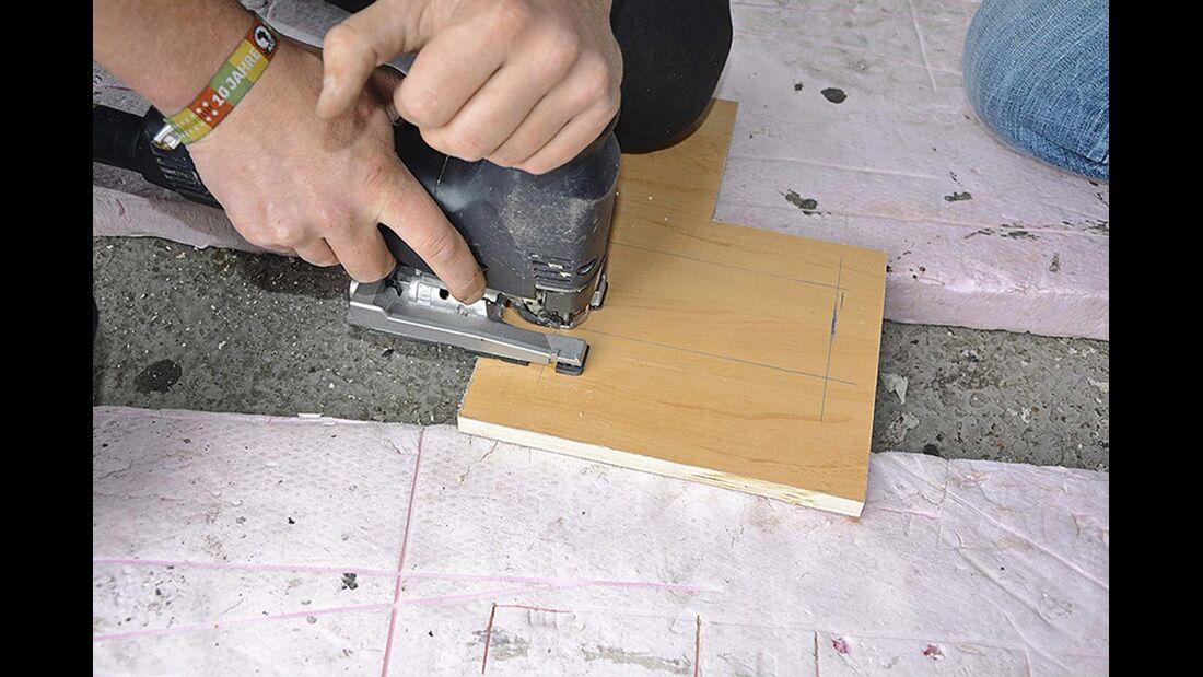 Mit den in Schritt eins und zwei ermittelten Maßangaben die Montageplatte passend zurechtsägen.