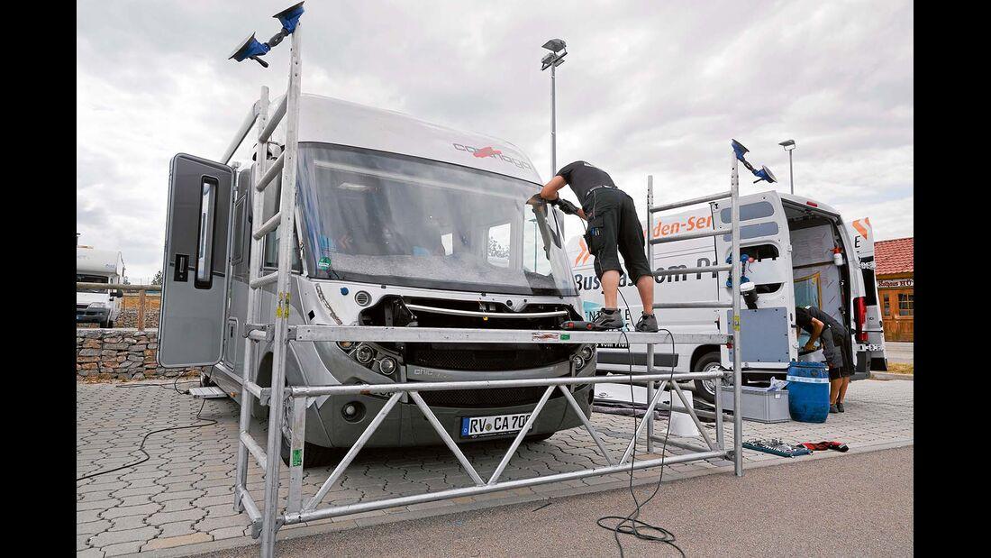 Mit der mobilen Hebebuehne aus dem Servicemobil kann man einfach an der der oberen Kante der Scheibe arbeiten.