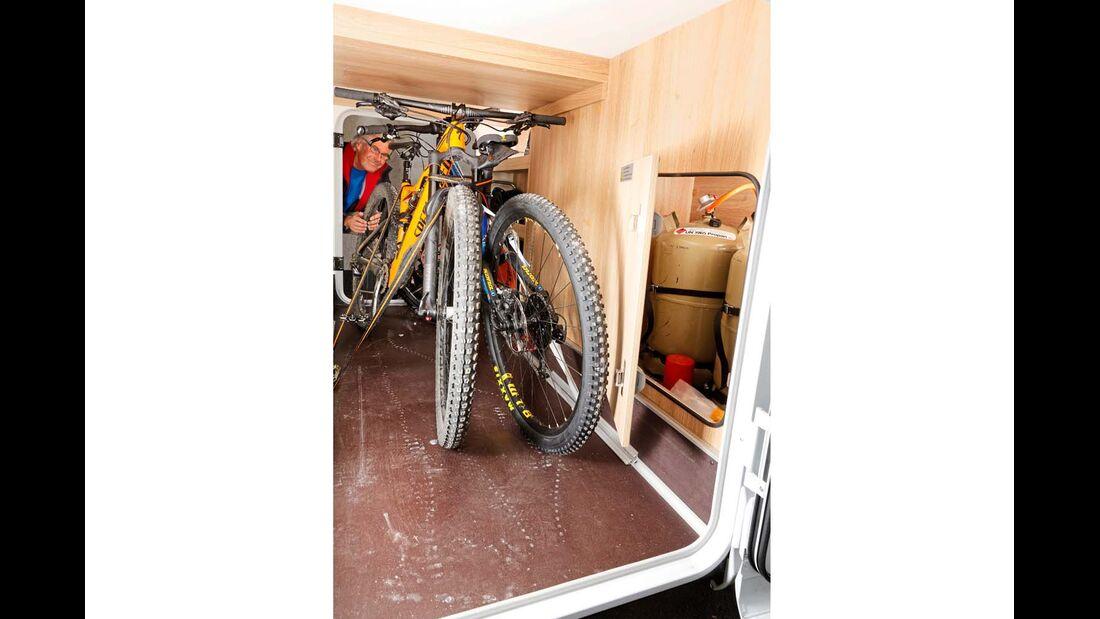 Mit fast 1,20 Meter Höhe voll fahrradtaugliche Garage mit Gaskasten.