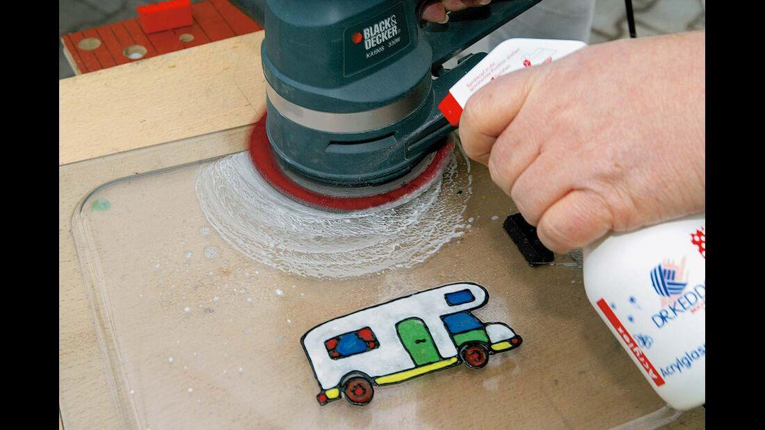 Mit feiner, feuchter Schleifscheibe mit 2000er-, dann 4000er-Körnung die Acrylglasscheibe polieren
