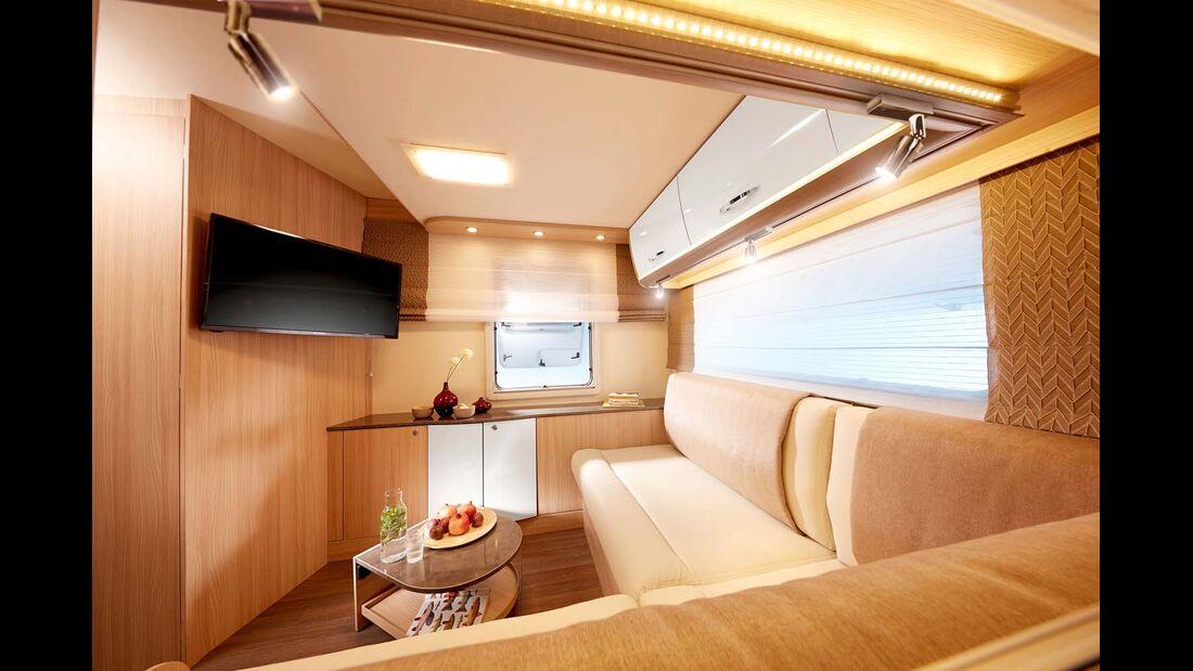 Mit riesiger Lounge-Sitzgruppe und Hubbett im Heck