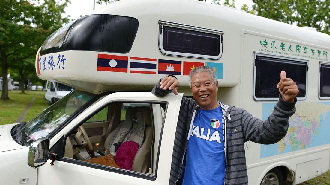 Mit seinem Pick-up Wohnmobil legte der 64-Jährige Zhang Zhiwu 17.000 Kilometer von Peking nach Düsseldorf zurück.