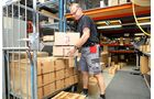 Mitarbeiter sorgen dafür, dass die Pakete rechtzeitig verschickt werden.
