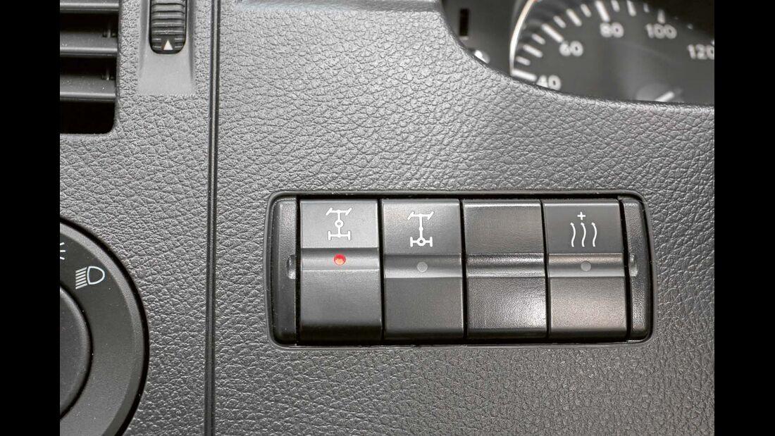 Mitten- und Hinterachsdifferenzial werden auf Knopfdruck gesperrt.