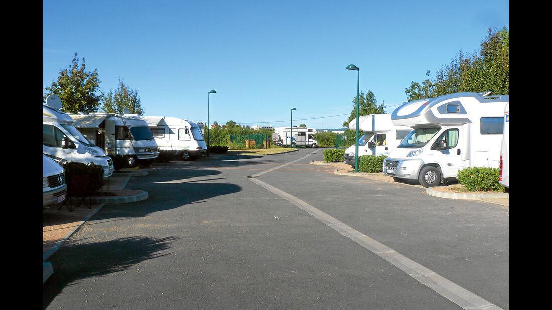 Mobile in begrünten Buchten entlang der asphaltierten Fahrspur