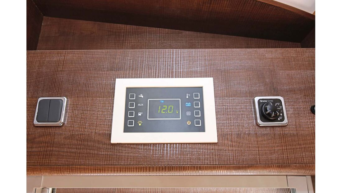 Moderneres Touchpanel, aber angejahrter Heizungsregler.