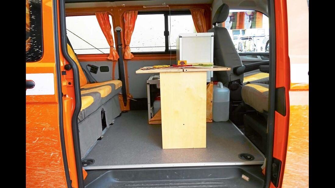 Möbel und Sitze können mit wenigen Handgriffen um- oder ausgebaut und im Freien verwendet werden.