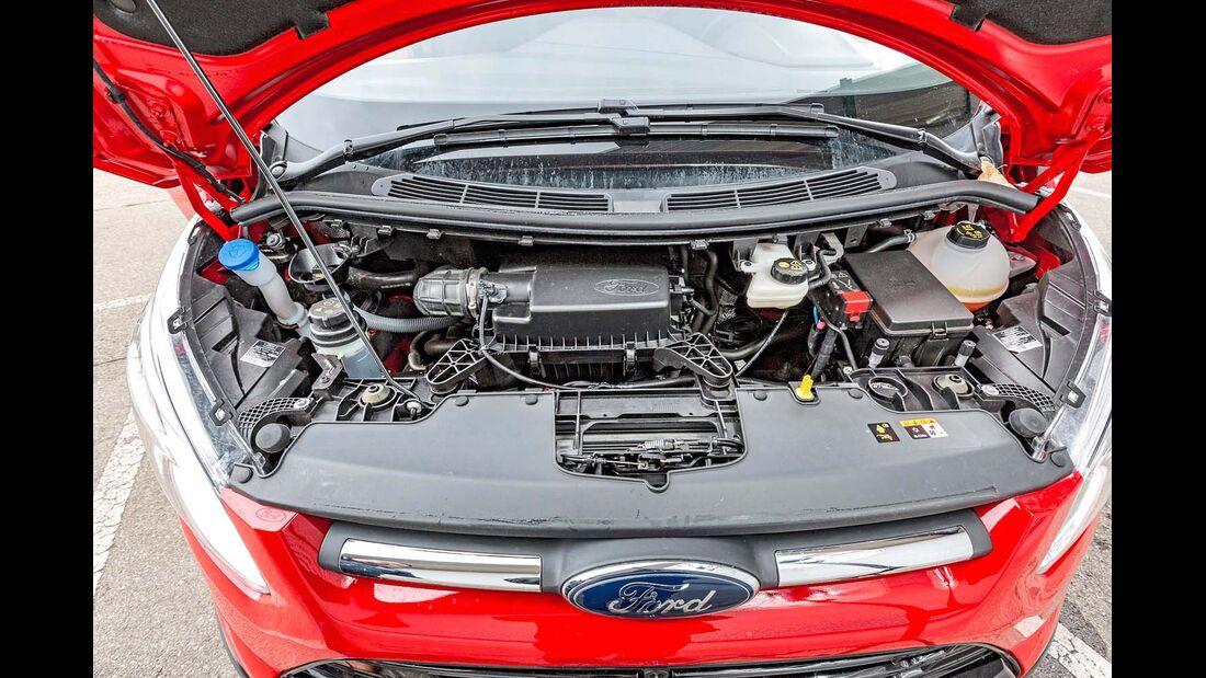 Motorraum beim Ford Transit