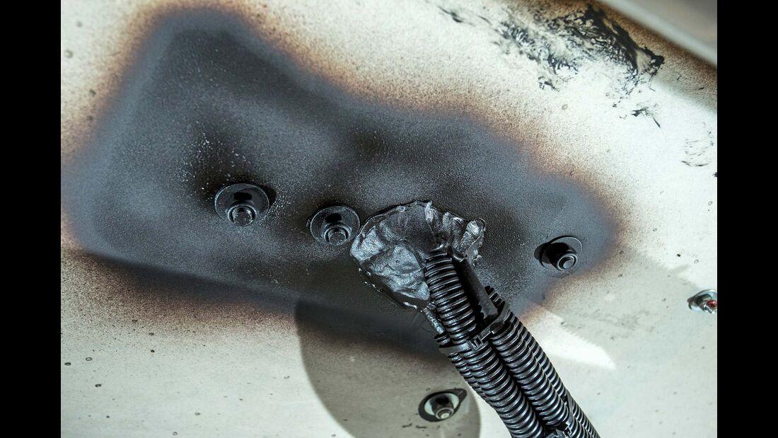 Nachträgliche Installationen, die Karosseriedurchbrüche nötig machen, müssen immer sorgfältig mit Unterbodenschutz behandelt werden.