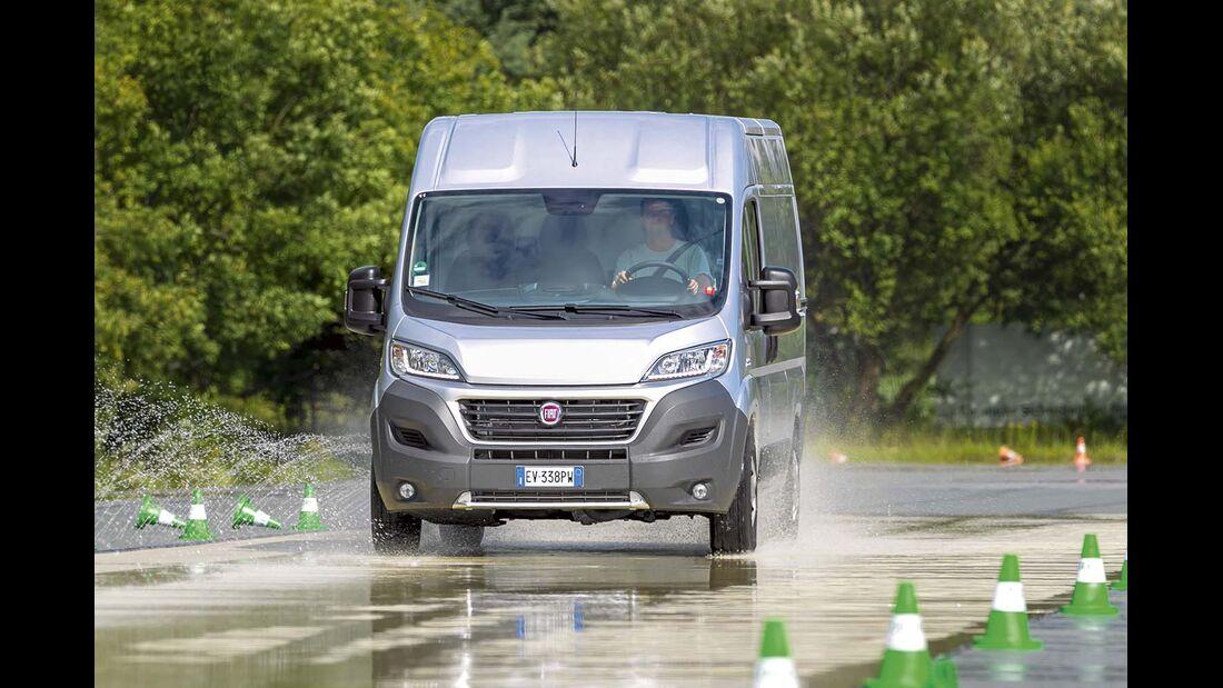 Nasse Fahrbahn, Seitenwind und andere Schikanen sind deutlich leichter zu handeln, wenn das Reisemobil über Sicherheitsassistenten verfügt.