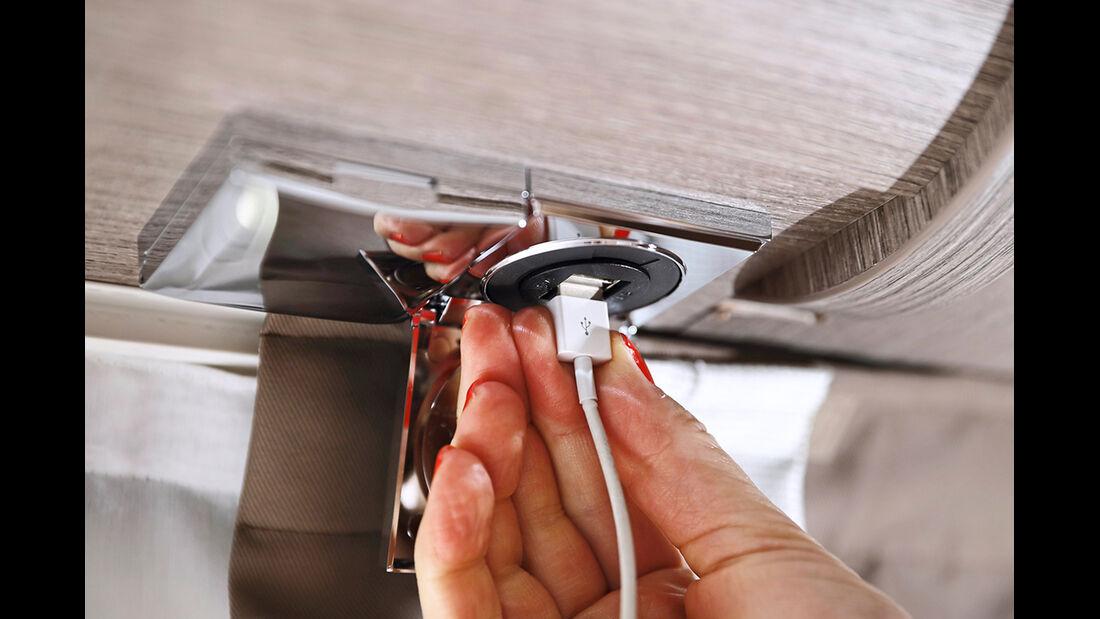 Neben 230-Volt-Steckdosen finden sich auch Doppel-USB-Ladebuchsen an Sitzgruppe und Betten.