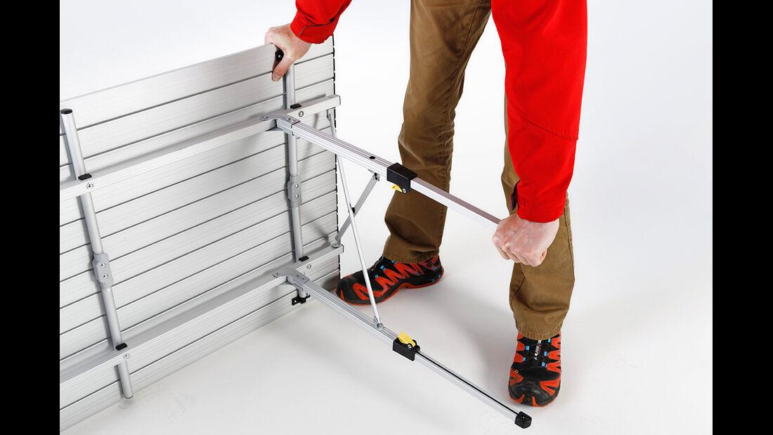 Nur wenn die gelben Hebel vollständig umgelegt sind, lassen sich die Beine reibungslos verstellen.