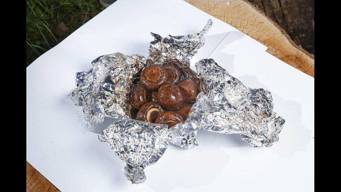 Oder einfach Pack-den-Champion-aus: Champignons, Balsamico, Salz, Pfeffer.