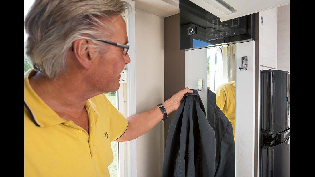 Offene Garderobe im Einstieg beim Chausson Welcome 620