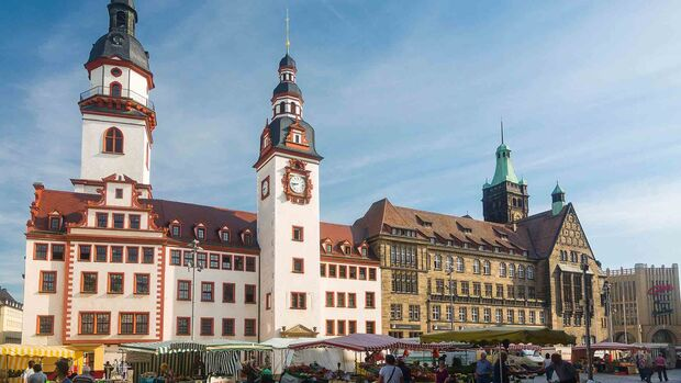 Old and new town hall, town hall tower, market stalls, Chemnitz, Saxony, Germany