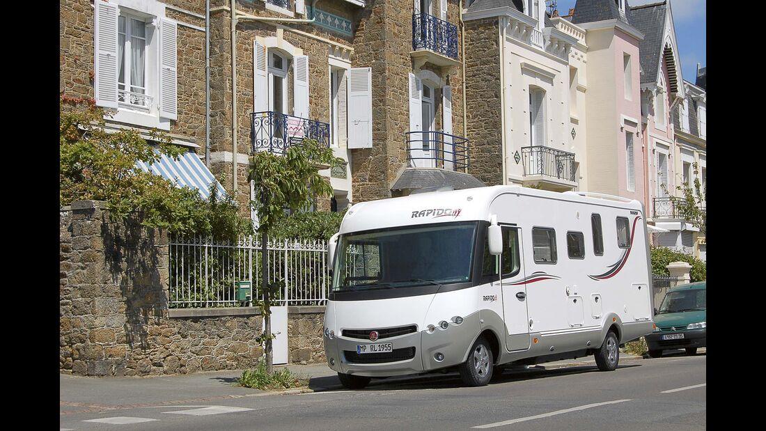 Parkendes Wohnmobil am Straßenrand