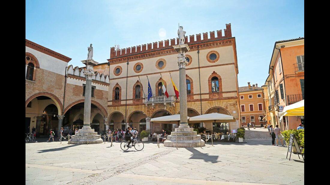 Piazza del Popolo in Ravenna mit den Schutzheiligen Apollinaris und Vitalis