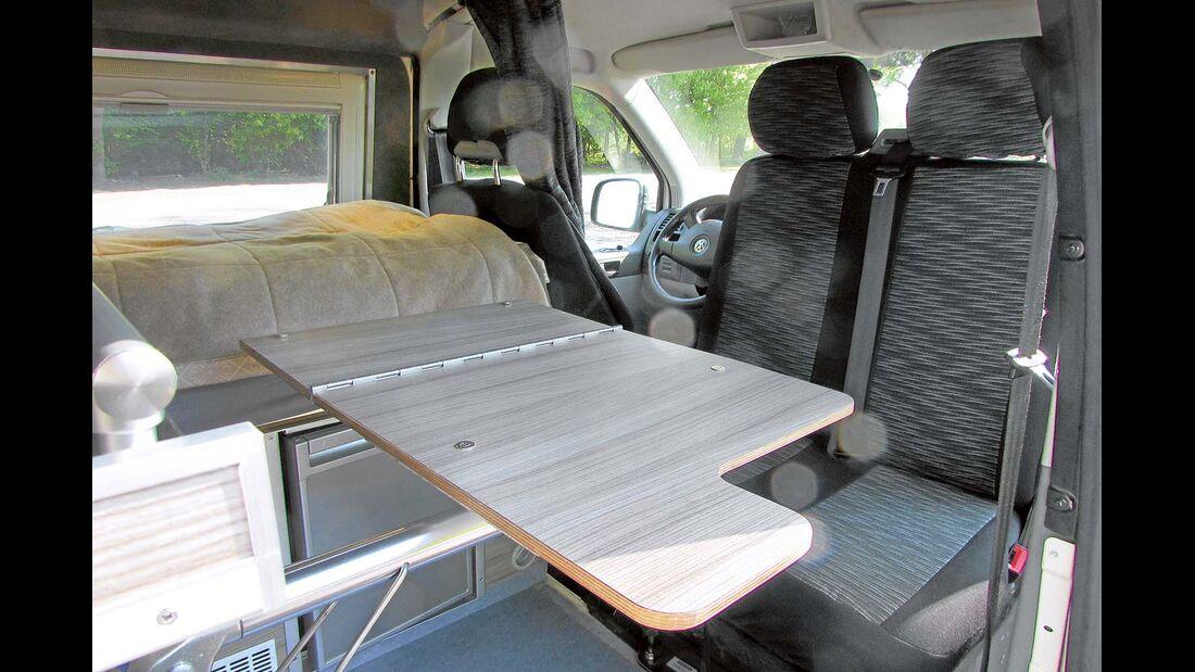 Platz spart die Sitzgruppe, die aus einer drehbaren Doppelsitzbank und einem Klapptisch besteht.