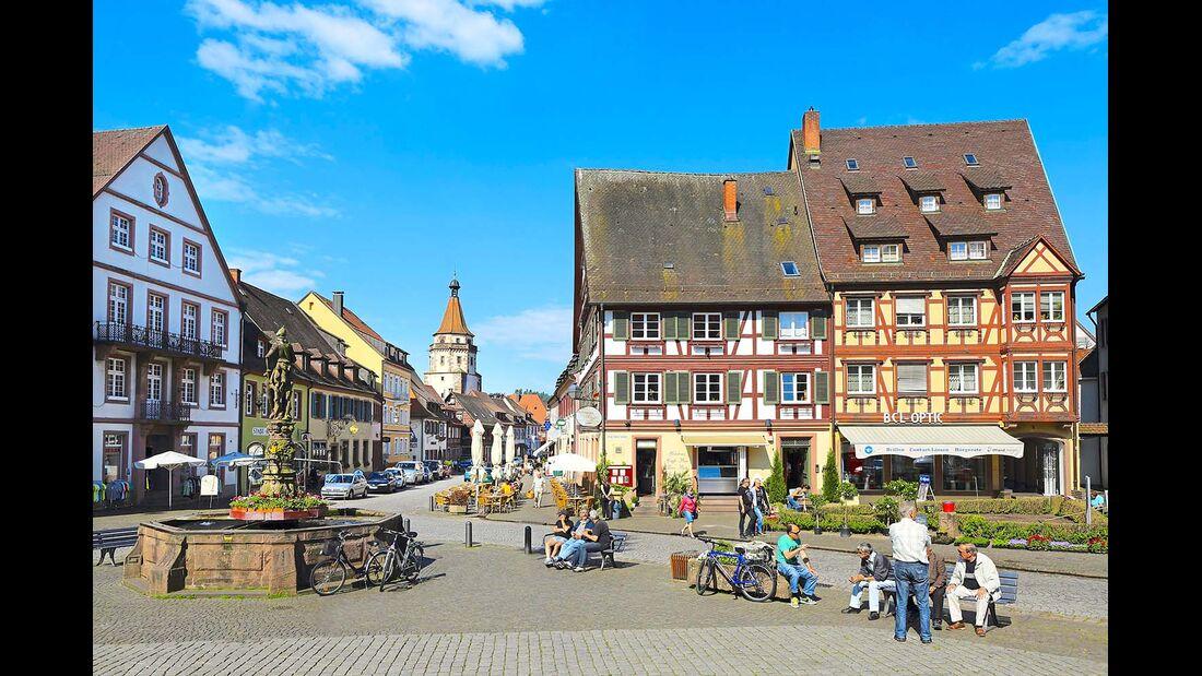 Plauderstunde rings um den Röhrenbrunnen von 1582.