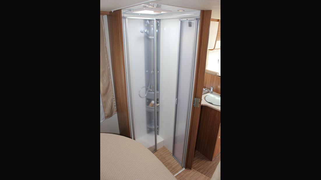 Praktisch: Das Raumbad: Die Dusche ist links, die Toilette rechts.