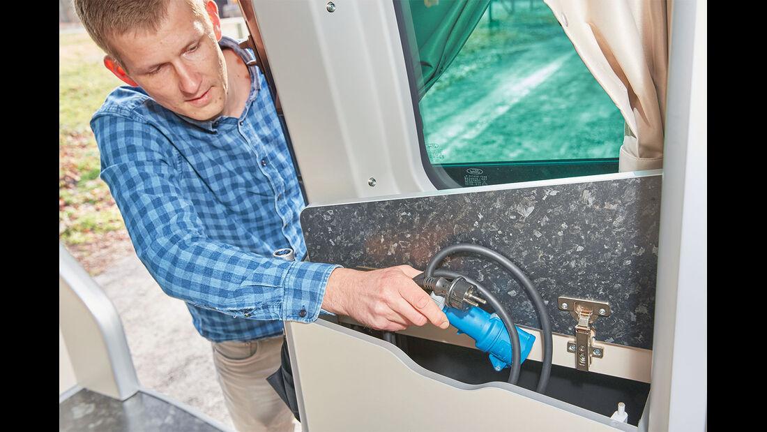 Praktisch: von außen durch die Schiebetür erreichbares Fach für Campingzubehör.