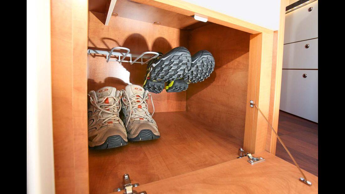 Praktisches und geräumiges Schuhfach für vier Paare, direkt neben dem Einstieg im Carthago C-Tourer Sport I 144