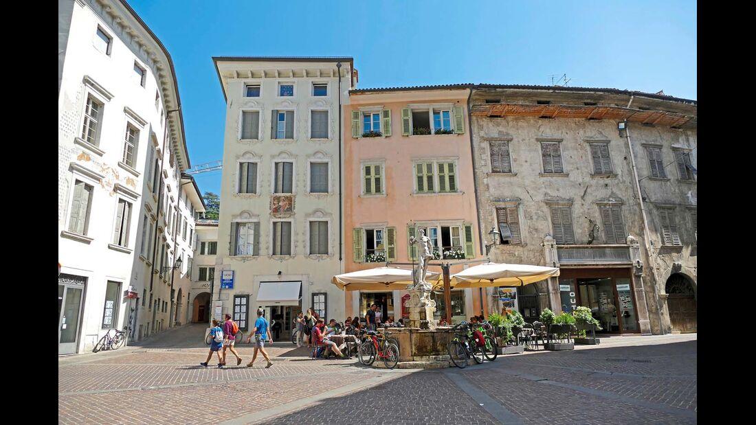 ROVERETO Das venezianische Kastell oberhalb der lebendigen Altstadt sowie die Mischung aus italienischen Palazzi und österreichischer Architektur zeugen von einer großen Geschichte dieser 35 000-Einwohner- Stadt.