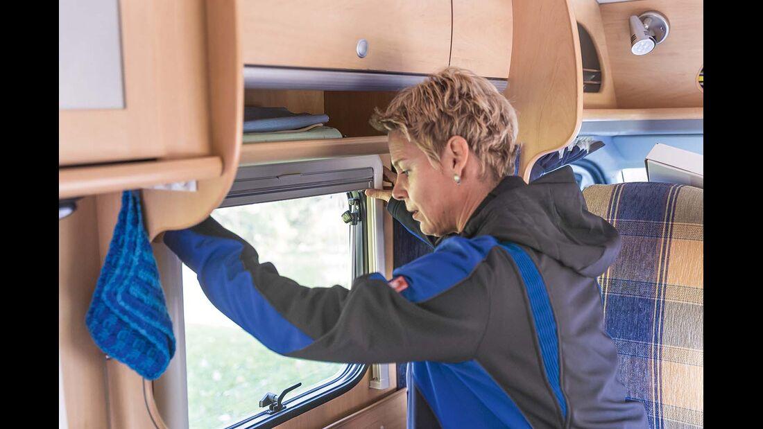 Rahmen in die Halter einhängen und ausrichten beim Jalousieneinbau im Reisemobil