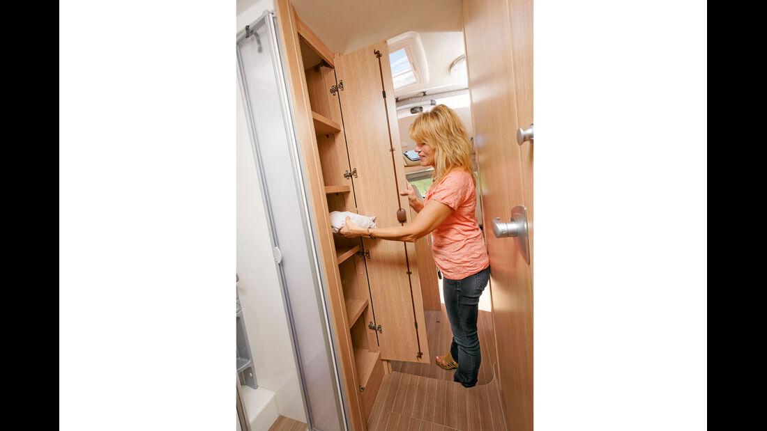Regalschrank zwischen Küche und Dusche beim Sunlight T 65