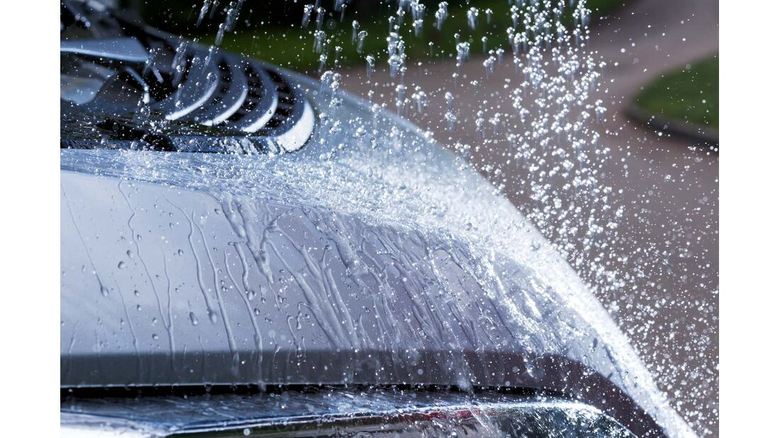 Regenwasser und Schmutz perlen an der Fahrzeugscheibe ab.