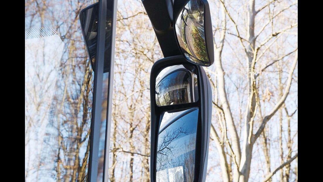 Reisebus-Außenspiegel für besseren Überblick.